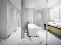 weisses marmor bad mit freistehender badewanne und ankleide