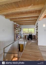 interieur schüsse eines modernen wohnzimmer mit schreibtisch