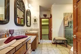 schönes und bad mit zwei waschbecken glasdusche und offener tür zum begehbaren kleiderschrank northwest usa