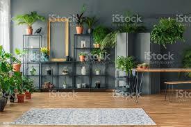 tropischen wohnung interieur mit vielen pflanzen dunkle wände mit formteil tisch und bank stockfoto und mehr bilder botanik