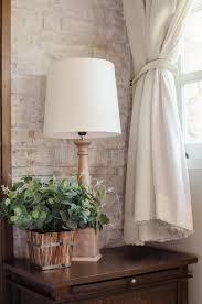 plante verte dans une chambre à coucher le de chevet et plante verte dans la chambre à coucher image