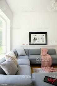 rosa decke und kissen auf graue ecke in weißen wohnzimmer interieur mit poster echtes foto stockfoto und mehr bilder boho stil