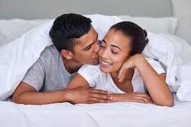 baise dans la chambre chambre à coucher de baiser de couples photo stock image du