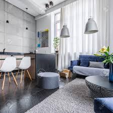 modernes apartment mit küche und wohnzimmer kombiniert