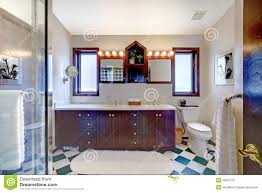 badezimmer mit dusche dunkles hölzernes kabinett