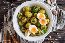 schneller kartoffelsalat mit pesto und gekochten eiern