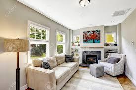 kleine aber schöne und gemütliche weiße wohnzimmer mit kamin und comforatble beige sofa nordwest usa