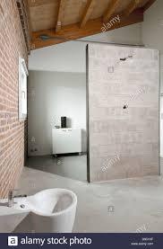 detail der duschkabine des modernen bad im dachgeschoss mit