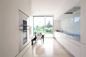 villen puristische küche mit durchgang zur halle bild 6