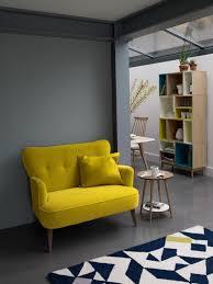 joli canapé un joli canapé jaune pour le salon avec un tapis blanc et noir