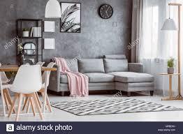 esstisch mit weißen stühlen in geräumigen wohnzimmer mit