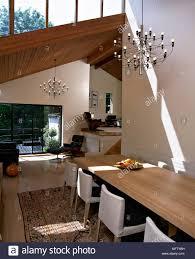 ein modernes offenes esszimmer mit tisch gepolsterten