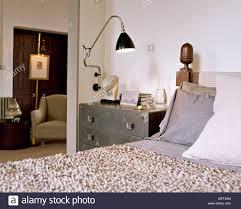 moderne neutral schlafzimmer bett aus holz strukturierte