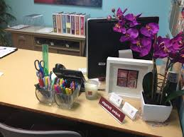 Cute Office Cubicle Decorating Ideas by How To Decorate Office Table