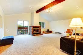 helles wohnzimmer mit gewölbter decke und holzbalken teppichboden kamin und antiken möbeln im obergeschoss wohnzimmer hat einen ausstand deck