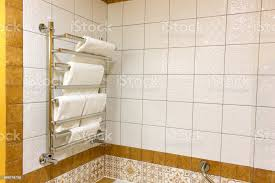 moderner turm trockner im badezimmer des hotels oder appartements stockfoto und mehr bilder ausgedörrt