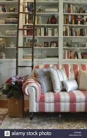 rote und weiße streifen sofa vor der bücherwand im