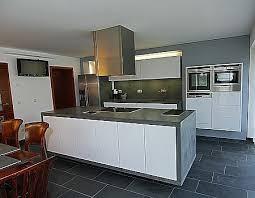 grifflose küche hochglanz weiß mit betonarbeitsplatte