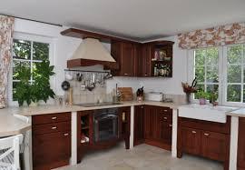 schöne küche in dunklem naturholz in einer u form
