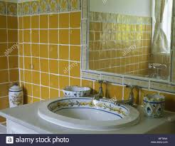 land bad detail gelben fliesen waschbecken keramik dekoriert
