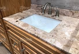 granit mit weißen unter mount rechteckige waschbecken hölzerne schränke und chrom wasserhahn stockfoto und mehr bilder badezimmer