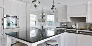 cuisine bois blanchi comptoir en granit blanc peinture murale ambre meuble de cuisine