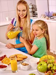 cuisine de maman petit déjeuner de famille avec l enfant à la cuisine la maman