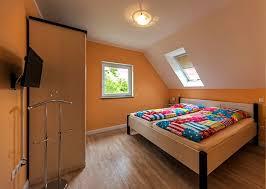 schlafzimmer in der dachschräge des ferienhaus hyggelig