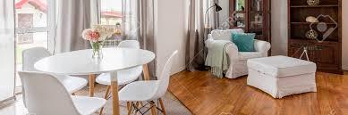 weiße esszimmermöbel runder tisch und aerodynamische stühle