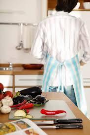 junger mann mit schürze in der küche bilder kaufen