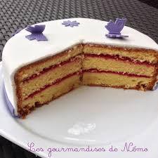 gâteau simple en pâte à sucre vanille et curd framboise les