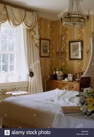ein detail einer traditionellen gelbe schlafzimmer mit