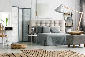 wicker teppich auf dem boden in gemütlich grau schlafzimmer mit bett