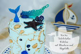weißes schokoladen törtchen mit blaubeere und hagebutte