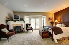 luxus schlafzimmer mit kamin ansicht der schönen bett mit hohen masten und antike truhe