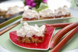einfacher rhabarberkuchen mit baiser und erdbeeren