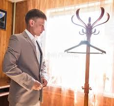 homme avec la chemise de travail et lien dans la maison de chambre