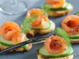 canape au saumon canapés de saumon fumé sur concombre facile recette sur cuisine