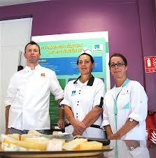 equipe de cuisine les produits locaux ont une saveur éducative à la ferté macé