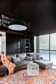 wohnzimmer mit schwarzen wänden und bild kaufen