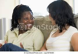 wohnzimmer zwei sprechende lächeln frauen canstock
