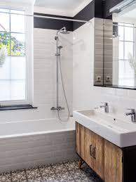 badezimmer mit weißen metrofliesen altbauwohnung