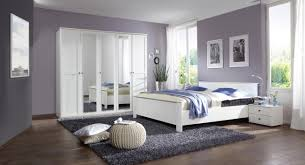 schickes schlafzimmer in weiß