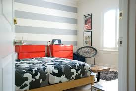 wand streifen schlafzimmer junge horizontal grau weiss rote