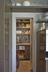 küche mit kleiner speisekammer pantrystorage storageroom