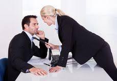 baise au bureau homme d affaires avec un baiser de à lèvres de femme sur sa