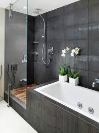 Badewanne Mit Dusche Moderne Badgestaltung Mit Einer Badewanne Dusche Wand Aus Glas Und