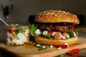 der burger vom fast food zum gourmet liebling genussmagazin