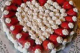 herztorte mit erdbeeren