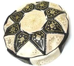 grand pouf marocain rond en cuir beige et noir décoré de motifs